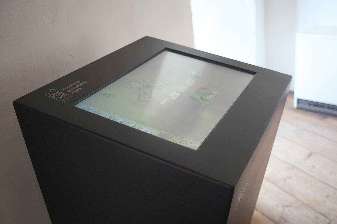 Touchscreen Stele mit einem Touchscreen eingelassen