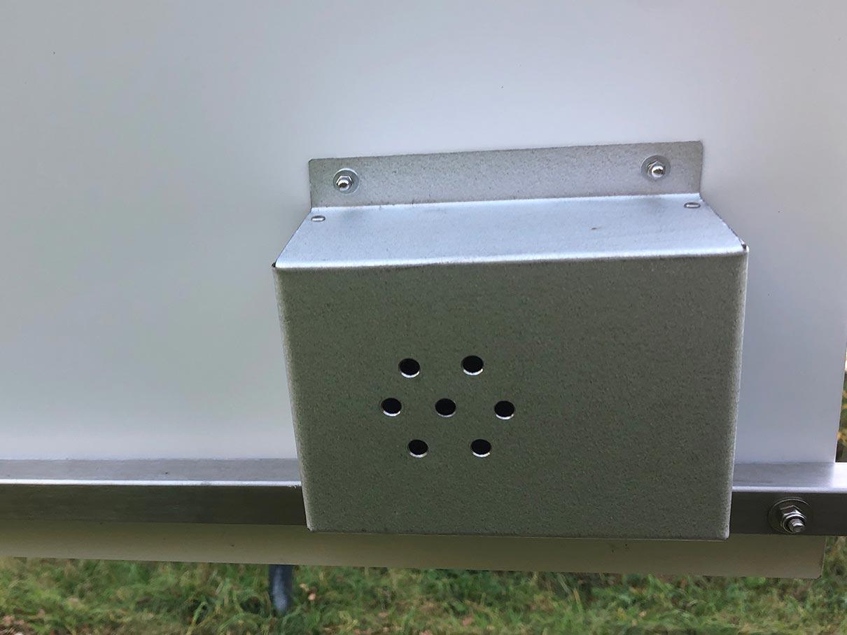 Geräuschmodul mit Halterung und Gehäuse aus Edelstahl an einer Infotafel montiert