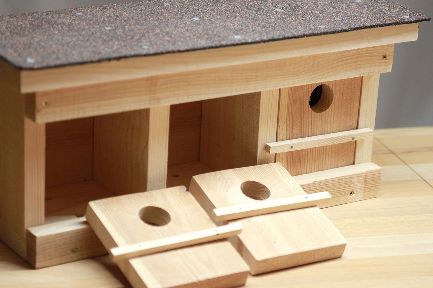 Sperlingskoloniehaus aus Holz für drei Sperlings Brutpaare mit zwei geöffneten Türen