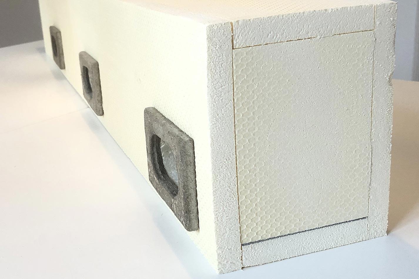 Mauersegler Nistkasten aus WDV Material mit drei Einfluglöchern und jeweils schwarzen Ringen